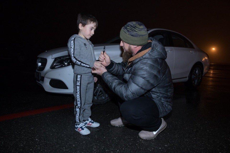 Рамзан Кадыров подарил белый мерседес пятилетнему мальчику